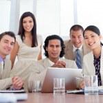 partenaires d'affaires assertive travaillant devant un ordinateur — Photo