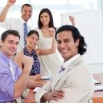 equipo de negocios internacionales celebrar un éxito — Foto de Stock