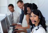 Retrato de uma mulher de negócios em um call center com a sua equipa — Foto Stock