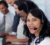 Portret van een glimlachende zakenvrouw in een callcenter — Stockfoto