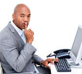 Kendine güvenen işadamı talebinde masasında oturuyor, silence — Stok fotoğraf