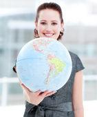 Assertief zakenvrouw houden een terrestrische globe — Stockfoto