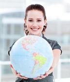 Charyzmatyczny bizneswoman gospodarstwa globu ziemskiego — Zdjęcie stockowe