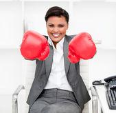 Atractiva mujer de negocios con guantes de boxeo en su de — Foto de Stock