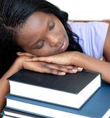 Uitgeput student leunend op een stapel boeken — Stockfoto