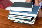 テーブルに書籍のスタック — ストック写真