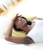 Retrato de una mujer enferma recostado en un sofá — Foto de Stock