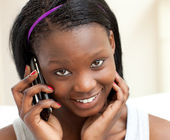 Mujer sonriente teléfono en la sala de estar — Foto de Stock