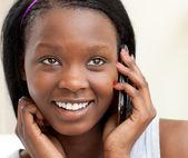 Retrato de una mujer alegre en teléfono — Foto de Stock