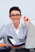 Attraktive geschäftsfrau, die auf ihre tagesordnung schreiben — Stockfoto