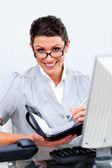 чистолюбивая(ый) бизнес женщина, писать на ее повестке дня — Стоковое фото