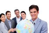Gerente de éxito y su equipo sostiene un globo terrestre — Foto de Stock