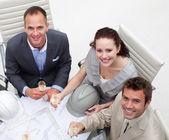 Arquitetos felizes bebendo champanhe no escritório — Fotografia Stock