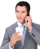 Giovane imprenditore telefono tenendo una tazza bevente — Foto Stock