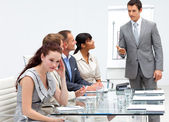 Affärskvinna bli uttråkad i en presentation — Stockfoto