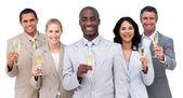 Portret zespołu wielu etnicznych biznesowych picia szampana — Zdjęcie stockowe