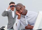 Afro-americano empresário irritado por um homem olhando por binoc — Fotografia Stock