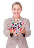 Uśmiechający się bizneswoman gospodarstwa cząsteczki — Zdjęcie stockowe