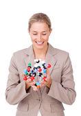 Empresária confiante, olhando para uma molécula — Fotografia Stock