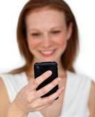 Koncentrować się na czarny telefon komórkowy — Zdjęcie stockowe