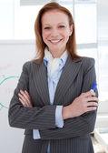 Atrakcyjna kobieta przed biały deska — Zdjęcie stockowe