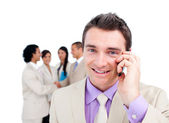 портрет привлекательным бизнесмена на телефоне — Стоковое фото