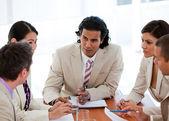 Zespół skoncentrowany biznesu o spotkaniu — Zdjęcie stockowe
