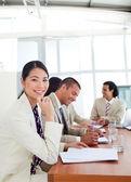 Retrato de una mujer de negocios asiático y su equipo durante un presenta — Foto de Stock