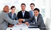 Un grupo de diversos negocios cerrando un trato — Foto de Stock