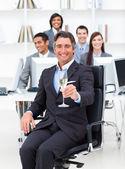 Başarılı yöneticisi ve ekibi şampanya içmek — Stok fotoğraf