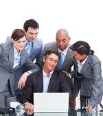 Jistý mezinárodní obchodní tým při pohledu na notebook — Stock fotografie