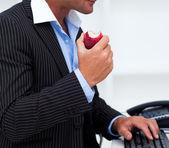 Close-up de um empresário que comer uma fruta — Fotografia Stock