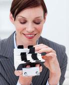 Retrato de uma mulher de negócios que procura o índice — Fotografia Stock