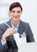Podnikatelka jíst čínské jídlo v práci — Stock fotografie