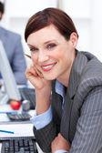Close-up de uma mulher de negócios atraente no trabalho — Foto Stock
