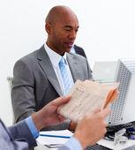 Porträtt av en etnisk affärsman som arbetar på en dator — Stockfoto
