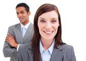 Porträt der geschäftsfrau posiert vor ihrer Kollegin — Stockfoto