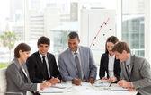 Multi-etnische zakelijke team zitten rond een conferentietafel — Stockfoto