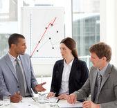 Allvarliga medarbetare studerar en ny affärsplan — Stockfoto