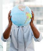 Uomo d'affari afro-americana, tenendo un globo terrestre — Foto Stock