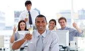 Erfolgreiches team champagner trinken — Stockfoto