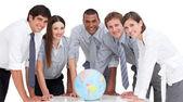 Portret firmy zespół wokół globu ziemskiego — Zdjęcie stockowe