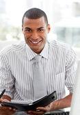 улыбаясь бизнесмен консалтинг его повестки дня — Стоковое фото
