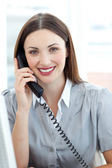 Femme d'affaires attrayant sur téléphone — Photo