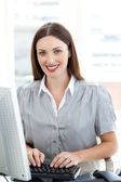 привлекательный бизнес-леди на компьютере — Стоковое фото