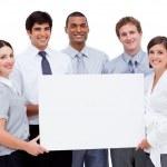 Улыбаясь международного бизнеса, проведение белая карта — Стоковое фото