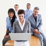 Многоэтнический состав бизнес-команда, с помощью ноутбука — Стоковое фото