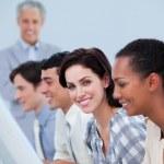 positive Geschäftsentwicklung-Team bei der Arbeit mit ihrem manager — Stockfoto