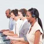 koncentrerad business team som arbetar i ett callcenter — Stockfoto