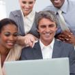 une équipe de commerciaux, montrant la diversité ethnique à l'aide d'un ordinateur portable — Photo